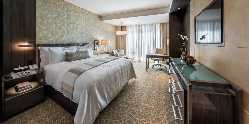 El exclusivo complejo hotelero cuenta con 227 habitaciones - entre ellas 16 Junior Suite y 1 suite Presidencial en piso 21- dentro de su moderna torre de 21 pisos de altura y 4 pisos