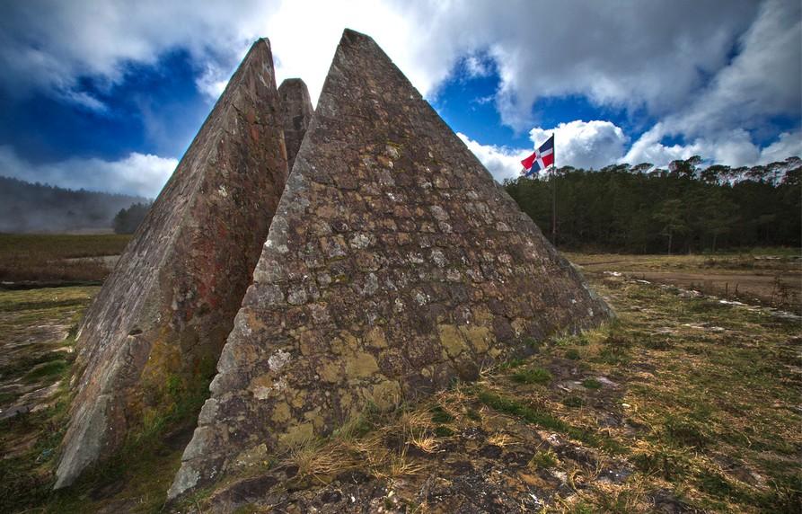 Ubicadas en Constanza, municipio de La Vega, en la reserva Valle Nuevo, se encuentran las famosas pirámides que resaltan por ser el símbolo que representa el centro de toda la isla. A unos 150 kilómetros de Santo Domingo, es uno de los destinos predilectos para los amantes del ecoturismo